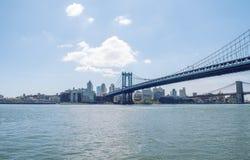 Ponte di Manhattan e la città Immagine Stock