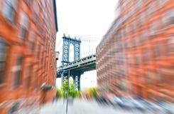 Ponte di Manhattan fra le costruzioni da Brooklyn immagine stock
