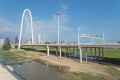 Ponte di Margaret Hunt Hill e Dallas Skylines del centro da da Fotografia Stock