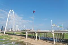 Ponte di Margaret Hunt Hill e Dallas Skylines del centro da da Immagini Stock Libere da Diritti