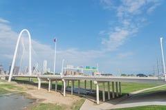 Ponte di Margaret Hunt Hill e Dallas Skylines del centro da da Immagini Stock