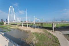 Ponte di Margaret Hunt Hill e Dallas Skylines del centro da da Fotografia Stock Libera da Diritti