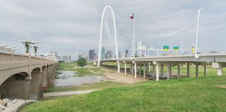 Ponte di Margaret Hunt Hill e Dallas Skylines del centro da da Fotografie Stock Libere da Diritti