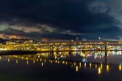 Ponte di Marquam sopra il fiume di Willamette alla notte Fotografie Stock