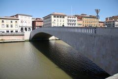 ponte di Mezzo和亚诺河在比萨,意大利 图库摄影
