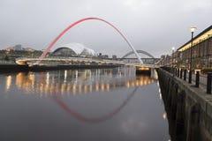 Ponte di millennio di Gateshead dalla banchina di Newcastle Immagini Stock