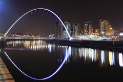 Ponte di millennio Gateshead/di Newcastle alla notte Fotografie Stock Libere da Diritti