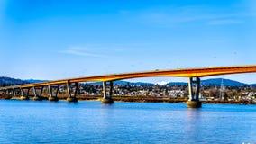 Ponte di missione sopra Fraser River sulla strada principale 11 fra Abbotsford e la missione con il supporto innevato Robie Reid Fotografia Stock