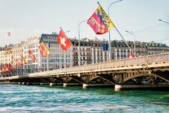 Ponte di Mont Blanc e bandiere dello svizzero sopra Ginevra il lago Lemano Fotografia Stock Libera da Diritti