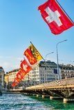 Ponte di Mont Blanc e bandiere dello svizzero sopra Ginevra il lago Lemano Fotografia Stock