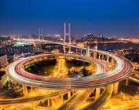 Ponte di nanpu di Shanghai alla notte fotografie stock libere da diritti