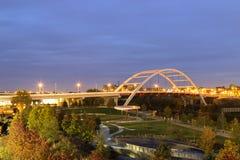 Ponte di Nashville con le luci vaghe dell'automobile Fotografia Stock Libera da Diritti