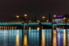 Ponte di notte con bella illuminazione su Neva River a St Petersburg immagini stock