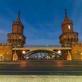 Ponte di Oberbaum, Berlino, Germania alla notte Fotografie Stock