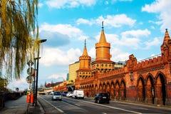 Ponte di Oberbaum sopra la baldoria del fiume a Berlino, Germania Fotografia Stock