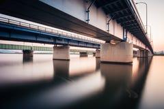 Ponte di Onga nel distretto Fukuoka, Giappone di Onga Colpo lungo di esposizione durante il tramonto fotografia stock libera da diritti