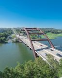 Ponte di Pennybacker sopra il paesaggio dell'alpeggio e del fiume Colorado in Austin immagini stock libere da diritti