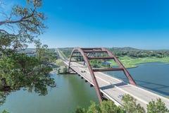 Ponte di Pennybacker sopra il paesaggio dell'alpeggio e del fiume Colorado in Austin fotografie stock