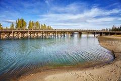 Ponte di pesca nel parco nazionale di Yellowstone, U.S.A. immagini stock
