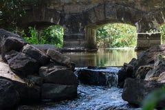 Ponte di pietra antico sopra il fiume immagine stock