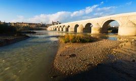 Ponte di pietra antico sopra il fiume di Guadalquivir a Cordova immagine stock libera da diritti