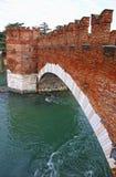 Ponte di Pietra Bridge sopra il fiume di Adige a Verona Fotografia Stock