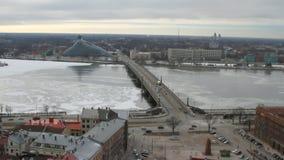 Ponte di pietra con il Daugava Riga, Latvia stock footage