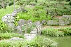 Ponte di pietra con le strutture di legno, stagno Immagini Stock Libere da Diritti