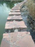Ponte di pietra della lastra Immagine Stock