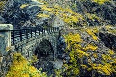 Ponte di pietra in montagna Fotografia Stock