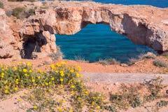 Ponte di pietra naturale sopra il mare Fotografia Stock Libera da Diritti