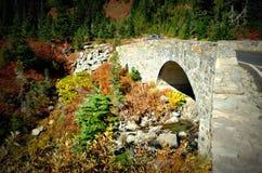 Ponte di pietra nei colori di caduta, Mt Rainier National Park fotografie stock libere da diritti