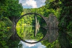 Ponte di pietra nel parco del kromlauer Fotografie Stock Libere da Diritti
