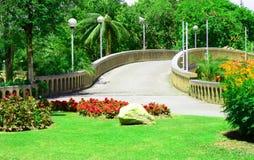 Ponte di pietra nel parco, Tailandia dell'arco Fotografia Stock