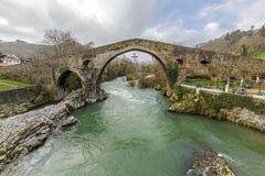 Ponte di pietra romano a Cangas de Onis fotografie stock