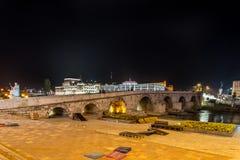 Ponte di pietra a Skopje, di notte Fotografia Stock Libera da Diritti