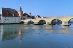 Ponte di pietra sopra Danubio e la Camera del sale a Regensburg, Germania Immagini Stock