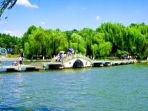 Ponte di pietra sopra il lago ad ovest immagine stock