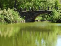 Ponte di pietra sopra un'insenatura Fotografia Stock Libera da Diritti
