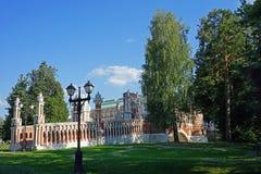 Ponte di pietra storico nel parco Tsaritsyno della città a Mosca fotografia stock libera da diritti