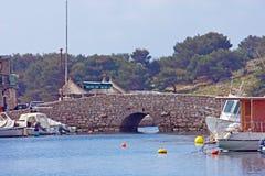 Ponte di pietra sulla costa Mediterranea Fotografia Stock