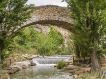 Ponte di pietra di un villaggio in Spagna Fotografia Stock