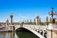 Ponte di Pont Alexandre III con il DES Invalides, Parigi, franco dell'hotel Fotografia Stock