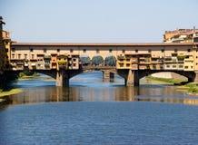 Vecchio di Ponte attraverso il fiume di arno. Firenze. L'Italia Fotografia Stock Libera da Diritti