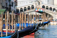 Ponte di Rialto e Gondole, Venezia - Italia Immagini Stock