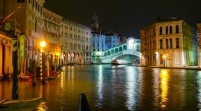 Ponte di Rialto på kanalen som är stor vid natt royaltyfria bilder