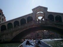 Ponte di Rialto su Grand Canal a Venezia, Italia fotografia stock libera da diritti