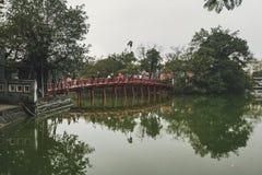 Ponte di rosso di Hanoi Il ponte rosso-dipinto di legno sopra il lago Hoan Kiem collega la riva e Jade Island su cui figlio di Ng immagini stock