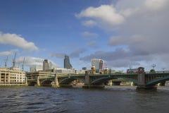 Ponte di Southwark con l'orizzonte della città di Londra nei precedenti Fotografia Stock