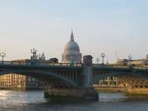 Ponte di Soutwark e la cattedrale di St Paul fotografie stock